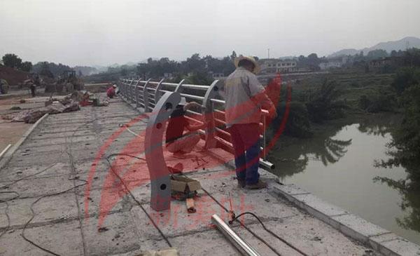 20180913161155_0078 湖南永州镀锌钢河道护栏安装现场(钢制河道栏杆)