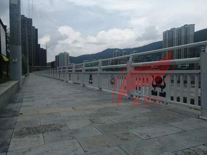 20190724200759 湖北襄阳灯光景观河道护栏安装完工