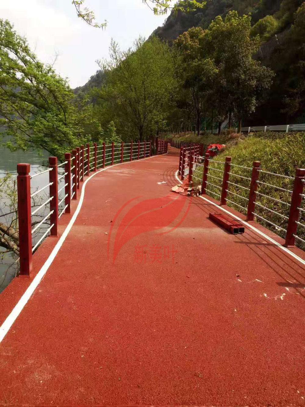 20190819082092759275 江苏苏州仿木河道护栏施工完成