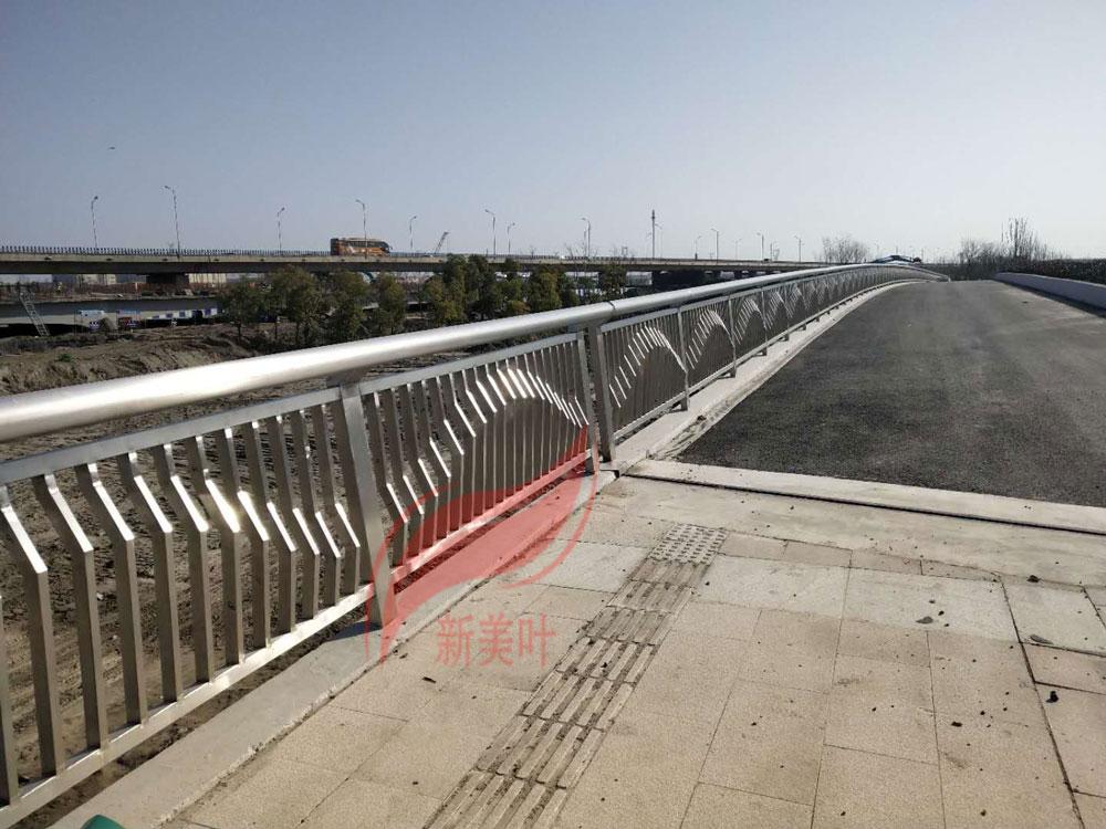 20190819083610911091 江苏如东不锈钢桥梁护栏施工现场(完工)