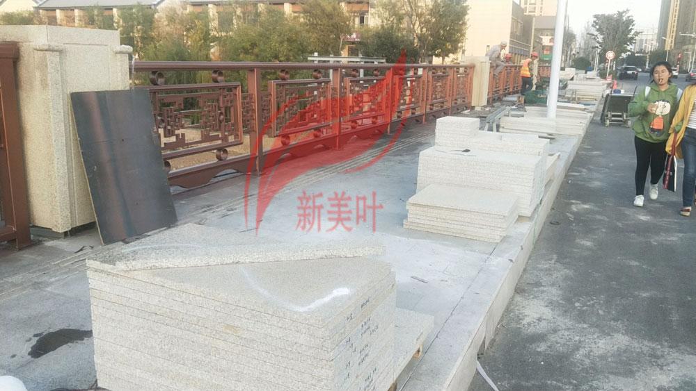 20191104093518 山东青岛不锈钢仿古特色文化桥梁栏杆安装现场